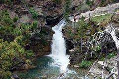 En breathtakingly härlig vattenfall som beundras av turister på den banff nationalparken Arkivbilder