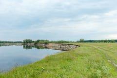En bred flod med en brant bank royaltyfri bild