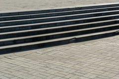 En bred granittrappuppgång som lämnar i perspektiv Grå färgfärg Ett tomt utrymme för radda Arkivfoton
