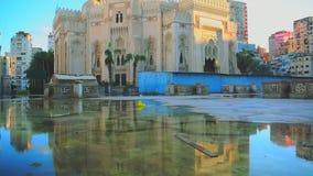 En bred lutande sköt upp av El Mursi Abu El Abbass Mosque, Alexandria, Egypten & det reflexionen för ` s arkivfilmer
