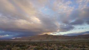 En bred sammansättning av moln som är höga i atmosfären över det Utah landskapet lager videofilmer