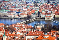En bred sikt av den Prague staden och den Vltava floden Royaltyfri Bild