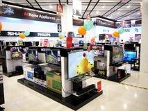 En bred variation av television på skärm på ett klart hemlager valde upp vid kunder arkivbilder