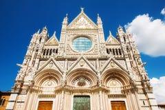 En bred vinkel sköt av de Siena Cathedral Santa Maria Assunta /Duomo dina Siena i Siena Arkivfoton