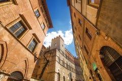 5 05 2017 - En bred vinkel sköt av generisk arkitektur i Siena, Tuscany Royaltyfria Bilder