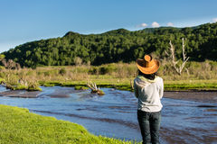 En bredvid en flod till och med grässlätten Royaltyfri Fotografi