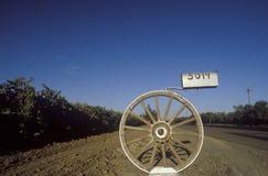 En brevlåda för vagnhjul, Modesto, CA royaltyfri fotografi