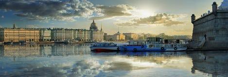 En briljant panorama av St Petersburg arkivbild
