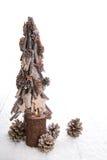 En brinnande adventstearinljus som isoleras med en handgjord jultre Arkivfoton