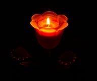 En brinnande stearinljus i en ljusstake i form av en ros Royaltyfria Foton