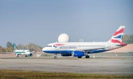 En British Airways flygbuss A320-200 som åker taxi på flygplatsen för Milan ` s Linate Arkivfoton