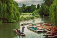 En brittisk erfarenhet på flodkammen som Punting & har picknick arkivbild