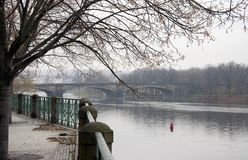 En bro över den Vltava floden i Prague i nedgången arkivfoton
