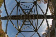 En bro över en flod som byggs från en bråckband Bron bråckband sammanfogade b fotografering för bildbyråer