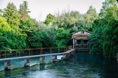 En bro över floden Fotografering för Bildbyråer