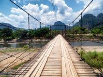 En bro över floden i Vang Vieng, Laos Royaltyfri Fotografi