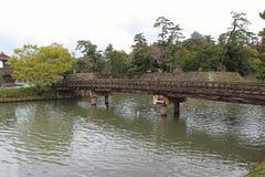 En bro byggdes över en flod i Matsue (Japan) Arkivbilder