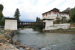 En bro byggdes över en flod nära dzongen av Paro (Bhutan) Arkivbild