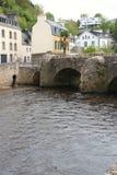 En bro byggdes i Quimperle (Frankrike) Fotografering för Bildbyråer