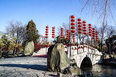 En bro i en historisk traditionell trädgård av Peking, Kina i vinter, under kinesiskt nytt år Royaltyfri Foto