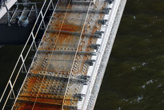 En bro mörkt vatten Royaltyfri Fotografi