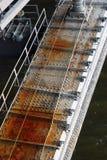 En bro mörkt vatten Fotografering för Bildbyråer
