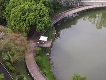 En bro med härliga reflexioner Arkivbild