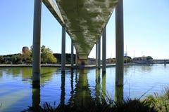 En bro med reflekterar Arkivbilder