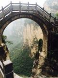 En bro mellan bergen av linzhouen för Kina ` s och changzhi bergvägar i det Shanxi landskapet fotografering för bildbyråer
