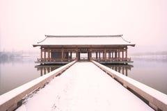 En bro som täckas av en tung snö Arkivbild
