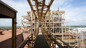 En bro till att iscensätta byggnadsplatsen, kraftverk Arkivbild
