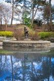 En bronsstaty av den berömda ungdom, Peter Pan, på Carl Schurz Park i New York City, NY, USA fotografering för bildbyråer