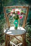 En brud- bukett på en forntida stol Fotografering för Bildbyråer