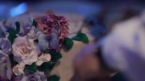 En brud och en brudgum klipper deras bröllopstårta lager videofilmer