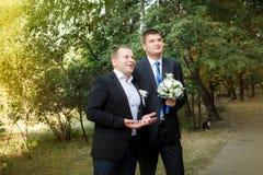 En brudgum och en groomsman kom till bruden arkivfoton