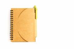 En brun anteckningsbok och en penna Royaltyfria Bilder
