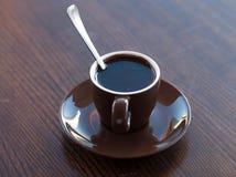 En brun kopp av varm choklad på en trätabellyttersida Royaltyfria Foton