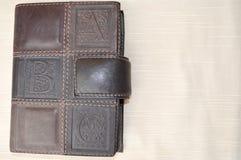 En brunt, gammal läder-täckt anteckningsbok royaltyfri bild