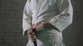 En brutal man i en kimono stock video