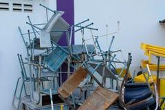 En bruten stol återstår att vara icke tillgänglig royaltyfria bilder