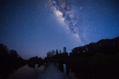 En brygga under det ljusa milkyway Arkivbild