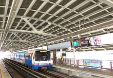 En BTS Skytrain på en station i Bangkok, Thailand Arkivfoto
