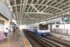 En BTS Skytrain på en station i Bangkok, Thailand Royaltyfria Bilder