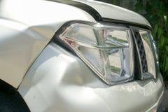 En buckla på den högra framdelen av en pickup (skada från krasch) Royaltyfria Bilder