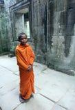 En buddistisk barnmunk i templet av Preah Khan i Siem Reap arkivbilder