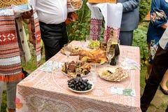 En buffétabell med exponeringsglas av vin och ett mellanmål på gatan arkivbild