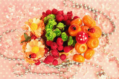 En bukett av blommor och frukt Arkivbild
