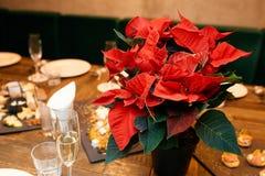 En bukett av blommor på banketttabellen Arkivfoton