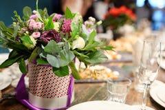 En bukett av blommor på banketttabellen Royaltyfri Fotografi