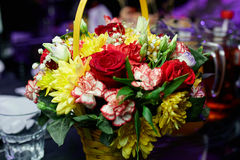 En bukett av blommor på en festlig tabell Royaltyfria Bilder